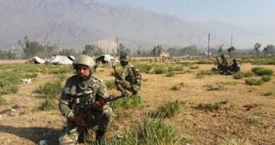 kashmir-on-the-2nd-day-of-edi-pampore-encounter-army-jawan-takes-position-towards-the-buliding-in-srinagar-umar-ganie-02