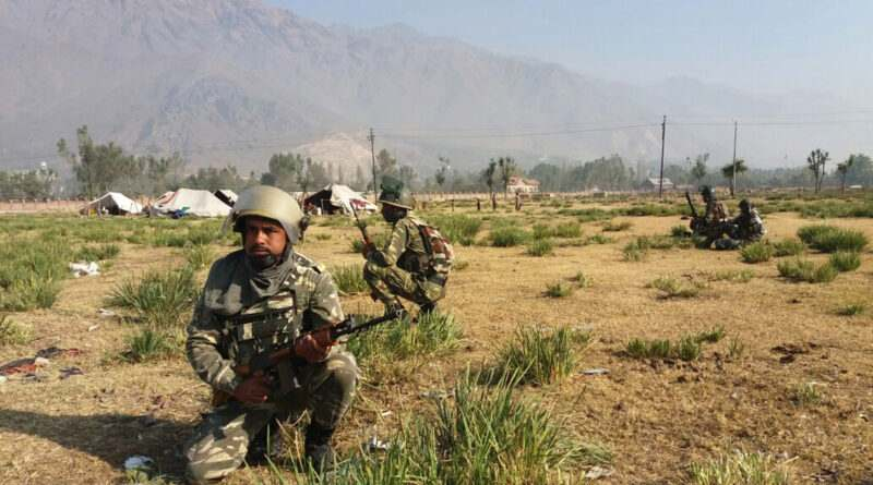 kashmir-on-the-2nd-day-of-edi-pampore-encounter-army-jawan-takes-position-towards-the-buliding-in-srinagar-umar-ganie-02