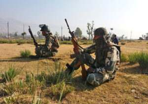 kashmir-on-the-2nd-day-of-edi-pampore-encounter-army-jawan-takes-position-towards-the-buliding-in-srinagar-umar-ganie-03