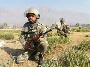 kashmir-on-the-2nd-day-of-edi-pampore-encounter-army-jawan-takes-position-towards-the-buliding-in-srinagar-umar-ganie-04