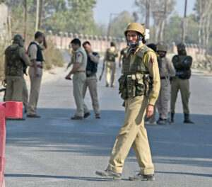 kashmir-on-the-2nd-day-of-edi-pampore-encounter-poilce-personnel-blocked-a-road-leading-to-the-buliding-in-srinagar-umar-ganie-05