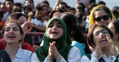 "Kashmiri Muslim girls enjoy the performance of Pakistan's top rock band ""Junoon"" during the biggest musical event in decades amid opposition by rebels in Srinagar on May 25, 2008.   Thousands of violence-weary Kashmiris in the Indian-administered region danced and cheered during a rare performance by a top Pakistani rock band, the biggest musical event in decades.         AFP PHOTO/Tauseef MUSTAFA"