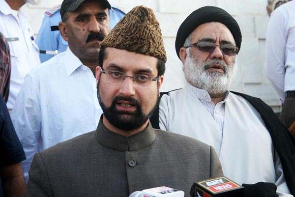 Px20-004 KARACHI: Dec20 – Chairman Hurriyat Conference Mirwaiz Umer Farooq talks to media persons at Mazar-e-Quaid. ONLINE PHOTO by Anwar Abbas