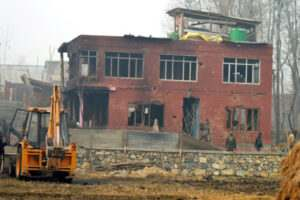 kashmir-army-and-special-operation-group-of-jk-police-personnel-inspecting-the-house-of-40-hour-long-encounter-in-which-two-militants-were-killed-at-arwani-in-anantnag-umar-ganie-016
