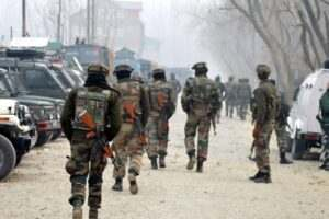 kashmir-army-personnel-moves-towards-the-house-during-40-hour-long-encounter-in-which-two-militants-were-killed-at-arwani-in-anantnag-umar-ganie-01