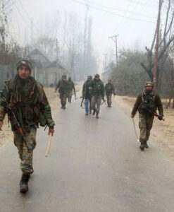 kashmir-army-personnel-moves-towards-the-house-where-militants-were-hiding-during-an-encounter-in-which-an-army-jawan-and-two-militants-were-killed-at-bandipora-umar-ganie-01