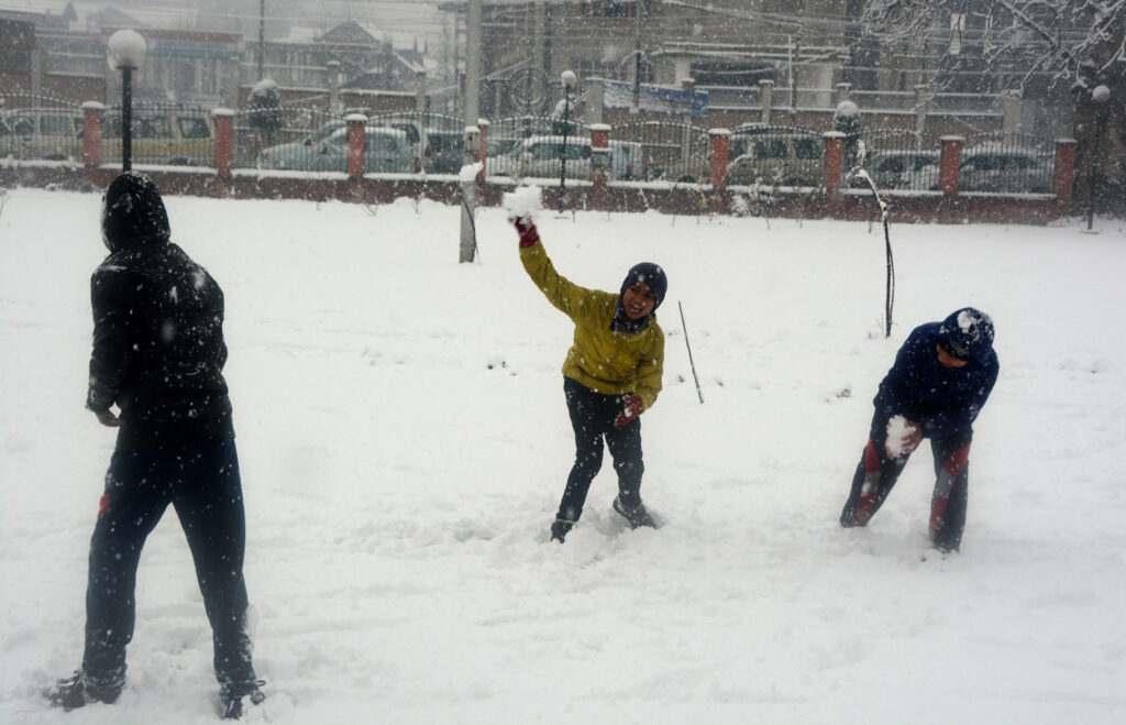 kashmir-childrens-throw-snow-on-eachother-while-enjoying-first-major-snowfall-in-srinagar-umar-ganie-02