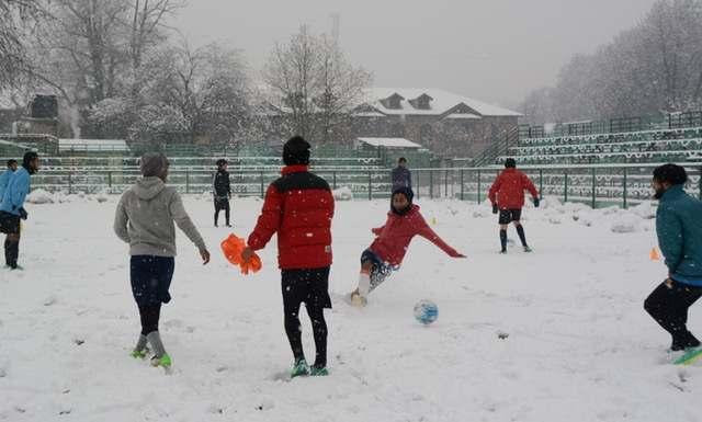 kashmir-kashmiri-players-plays-football-during-fresh-heavy-snowfall-in-srinagar-umar-ganie-012