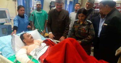 ghulam-nabi-azad-meets-injured-at-hospital-2