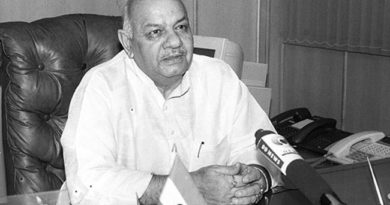 Prof. Chaman Lal Gupta in his office after taking the charge as the Minister of State (Independent Charge) for Food Processing Industries in New Delhi on September 4, 2001.