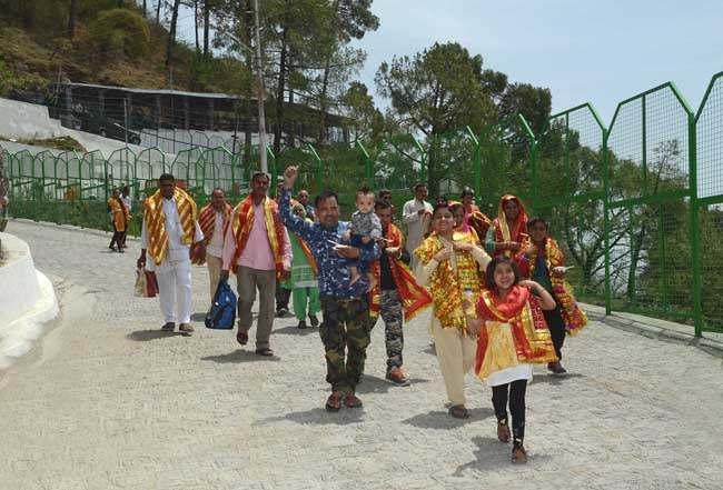 pilgrims-walking-on-tarakote-marg-14-f