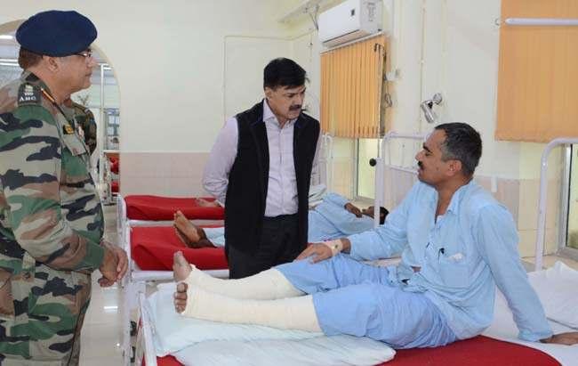 advisor-vijay-kumar-visits-army-hospital-23