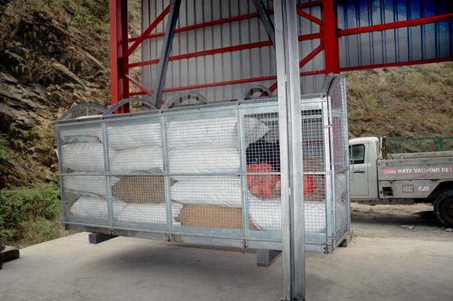 material-ropeway-trolley-loaded-with-matrial-for-bhawan-dsc_9866