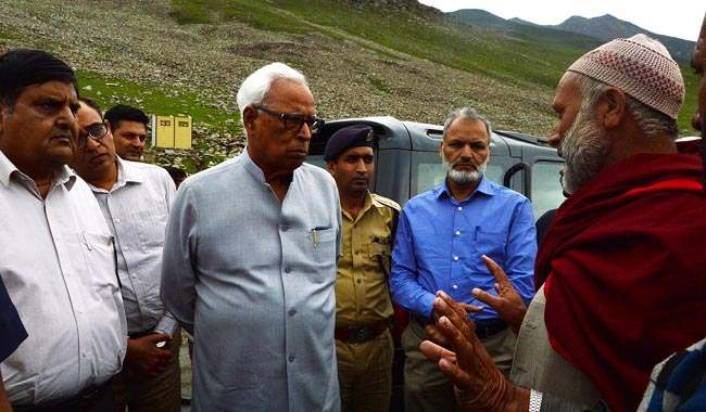 governor-interacting-with-locals-at-mughal-road-10