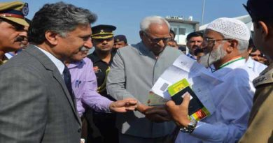 governor-interacting-with-hajis-at-srinagar-airport-14