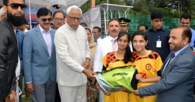 governor-presenting-sports-bags-to-players