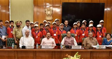 "A group of 50 school children from Jammu and Kashmir, on a visit to the National Capital as part of ""Watan ko Jano"" programme, calling on the Union Home Minister, Shri Rajnath Singh, in New Delhi on August 30, 2018.  The Minister of State for Development of North Eastern Region (I/C), Prime Minister's Office, Personnel, Public Grievances & Pensions, Atomic Energy and Space, Dr. Jitendra Singh is also seen."